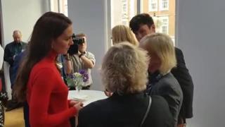 Kate Middleton di rosso per parlare di lotta alle dipendenze