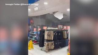 Australia, il maltempo sfonda il soffitto di un negozio in un centro commerciale