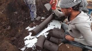 Idlib, i siriani lavorano i rifiuti delle olive per creare carburante
