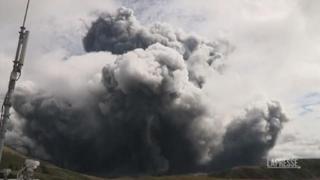 Una nube di fumo grigio invade il cielo del Giappone: l'eruzione del vulcano Monte Aso
