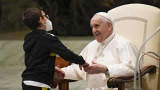 Vaticano, un bimbo sale sul palco e si siede vicino al Papa