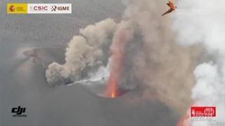 Canarie: la lava attraversa il centro abitato, rocce incandescenti tra le case