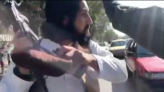 Kabul, una troupe di giornalisti viene aggredita durante una protesta per i diritti delle donne