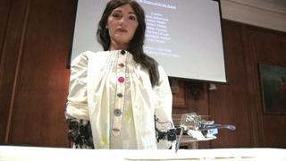 La presentazione di Ai-Da, l'artista robot arrestata in Egitto