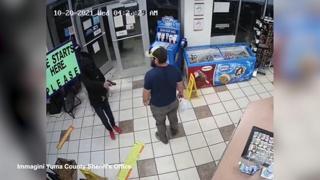 Arizona, veterano dei marines sventa una rapina a mano armata in un minimarket della contea di Yuma