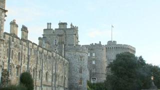 Regno Unito, Elisabetta II torna nel Castello di Windsor dopo una notte in ospedale