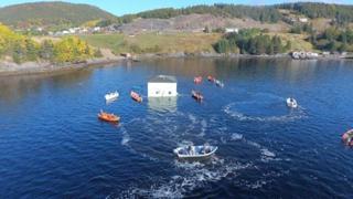 Una coppia sposta la propria casa attraverso il lago per una nuova location da sogno
