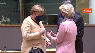 Von der Leyen vuole salutare Merkel con una stretta di mano, ma la Cancelliera si allontana