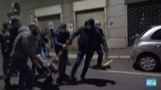 Corteo no green pass a Milano, momenti di tensione con la polizia: manifestante portato via dagli agenti
