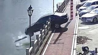 Gas al posto del freno: la donna finisce con la sua auto nel fiume