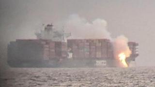 La nave cargo in fiamme davanti alle coste del Canada: «Emette gas velenosi»