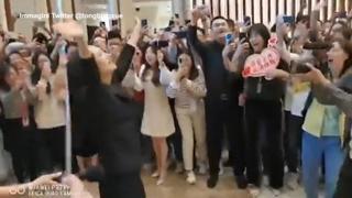 Cina, la signora Huawei torna in azienda dopo la quarantena: la gioia dei dipendenti