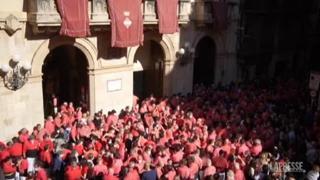 Barcellona, la prima torre umana dei «castellers» dopo la pandemia: mascherine ma no al distanziamento