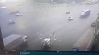 Buenos Aires, le pale dell'elicottero sulla superstrada sventrano un camion di passaggio