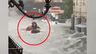Catania, l'auto è bloccata in mezzo al fiume d'acqua: due persone provano a mettersi in salvo