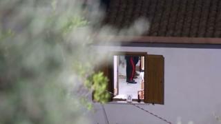 Frosinone, sorprende ladri in casa e spara: un morto
