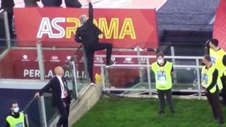Il video ironico di Mourinho dopo l'espulsione: si arrampica sul plexiglass durante Roma-Napoli