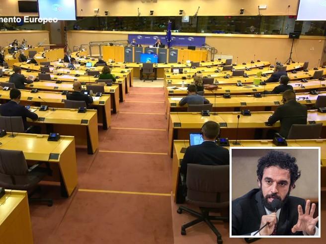 Gaffe di Giarrusso al Parlamento europeo: non riesce a parlare in inglese e rinuncia all'intervento