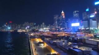 Hong Kong si prepara a festeggiare Halloween: zucca gigante a Victoria Harbour