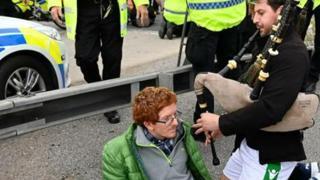 Gran Bretagna, automobilista suona la cornamusa nelle orecchie dei manifestanti che bloccano la strada