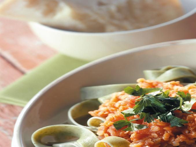 Tagliatelle verdi con salsa di lenticchie