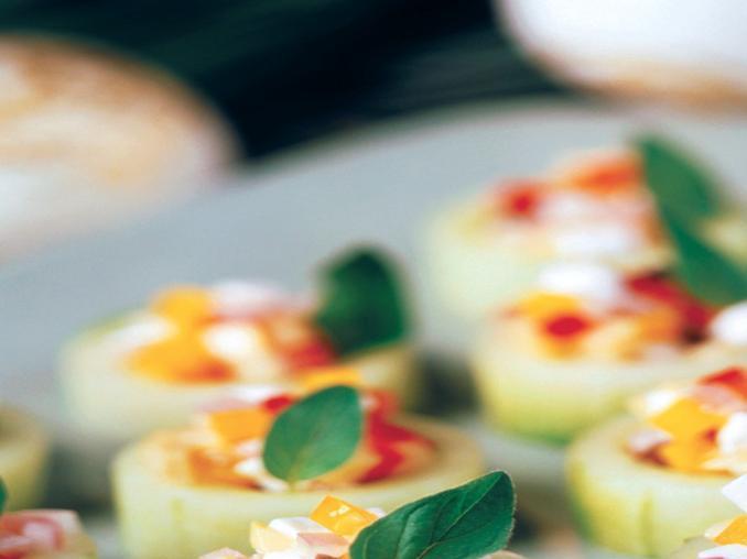 Canapè di cetriolo con verdure e mozzarella
