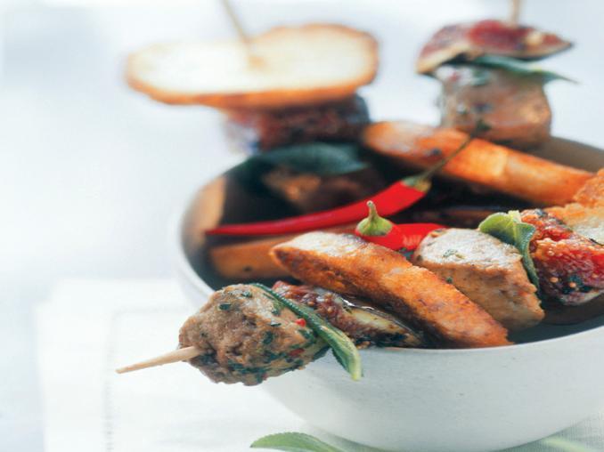 Spiedini di carne, fichi e pane
