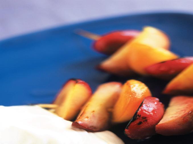 Spiedini di frutta con panna montata