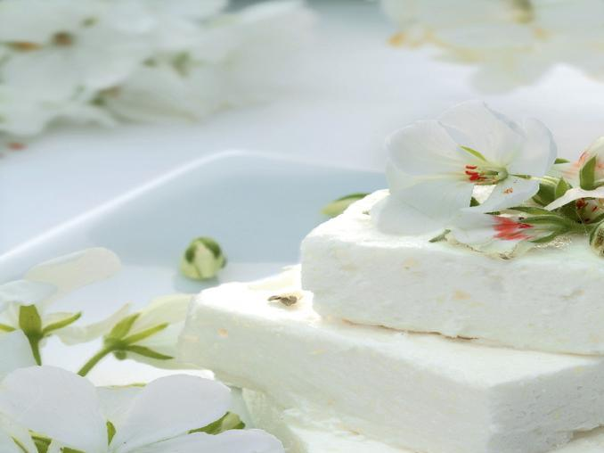 Semifreddo ai gerani bianchi