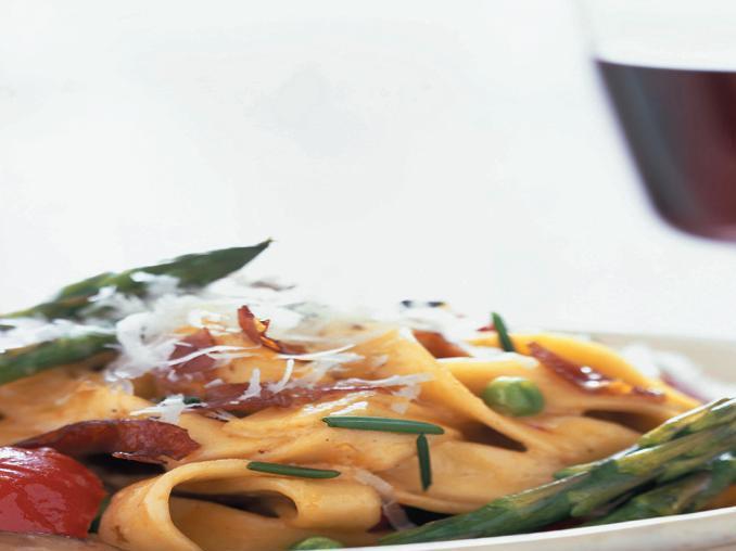 Fettuccine con verdure e pancetta