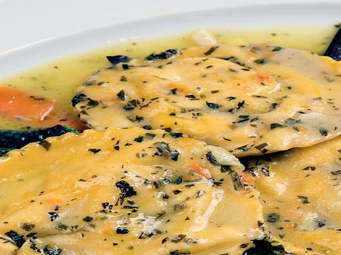 Ravioli di mozzarella di bufala su tagliatelle di verdure