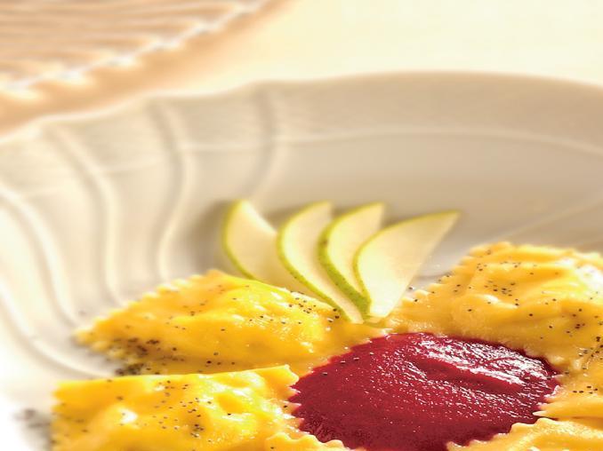 Tortelli cacio e pere con salsa di barbabietole rosse
