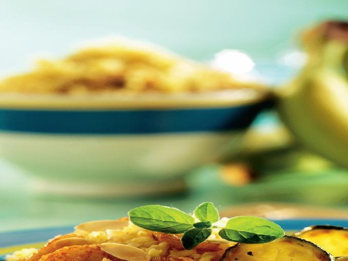 Riso al curry con banane, mandorle e zucchine