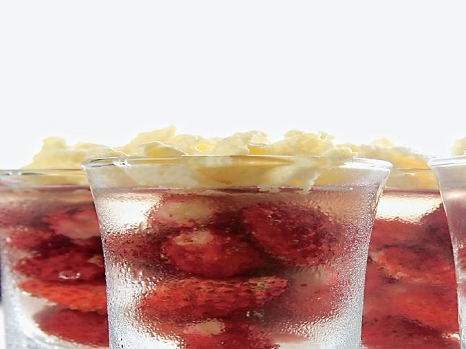 Fragoline in gelatina all'Albana passito e spuma di mascarpone