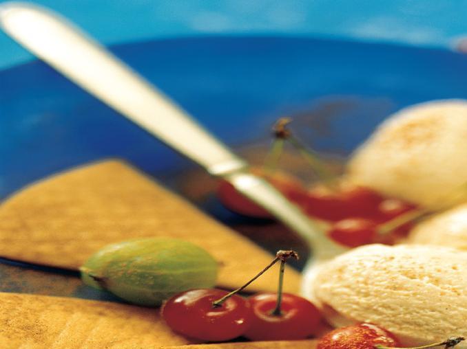 Gelato speziato alla cannella con ciliegie e uva spina