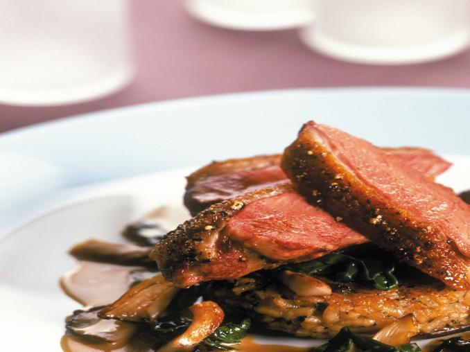 Petto d'oca con risotto ai funghi e spinaci