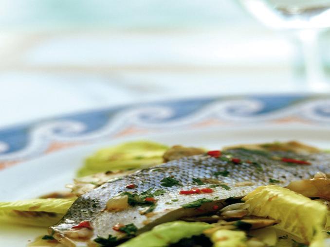 Branzino marinato con lattuga e carciofi