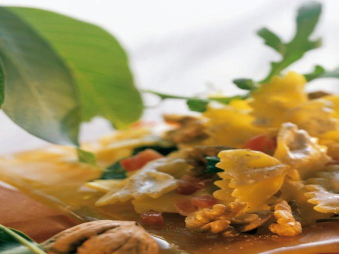 Farfalle in salsa di noci e pomodori