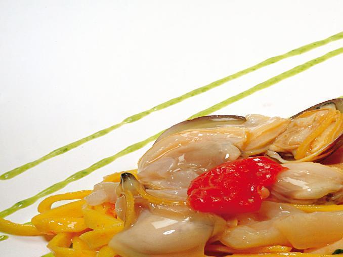 Tagliatelle ai frutti di mare con salsa al prezzemolo