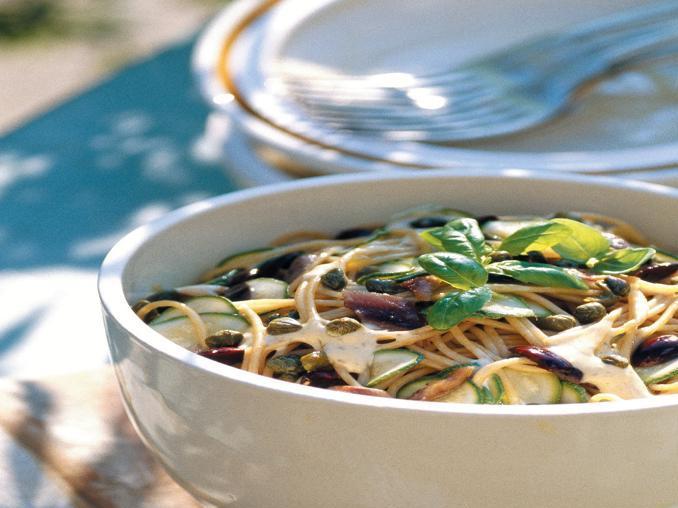 Spaghettini con salsa all'aglio e acciughe