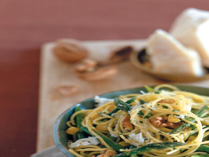 Spaghettini con noci e asparagi