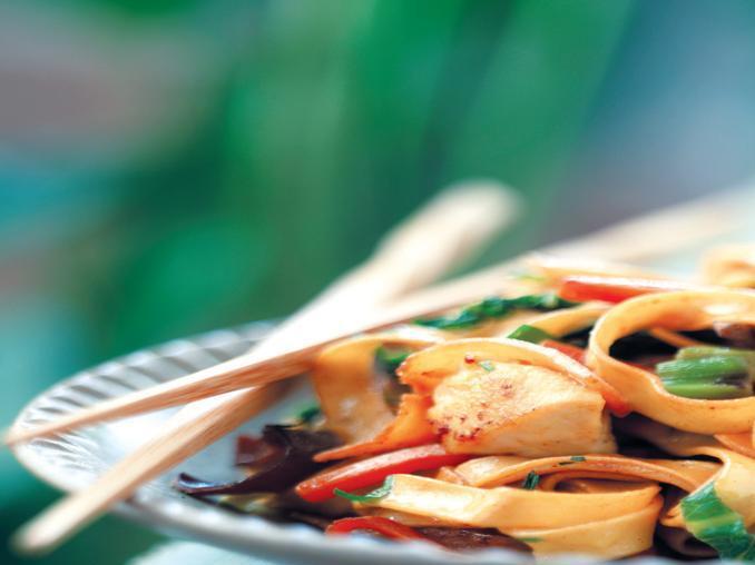 Tagliatelle saltate con verdura, pollo e funghi