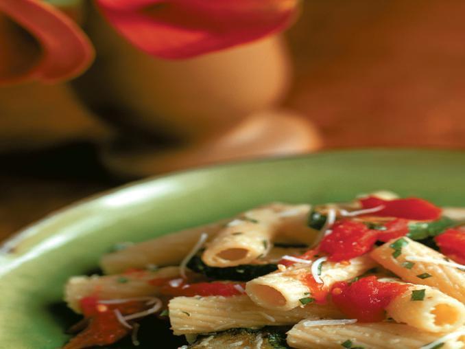 Tortiglioni con zucchine, pomodori e parmigiano