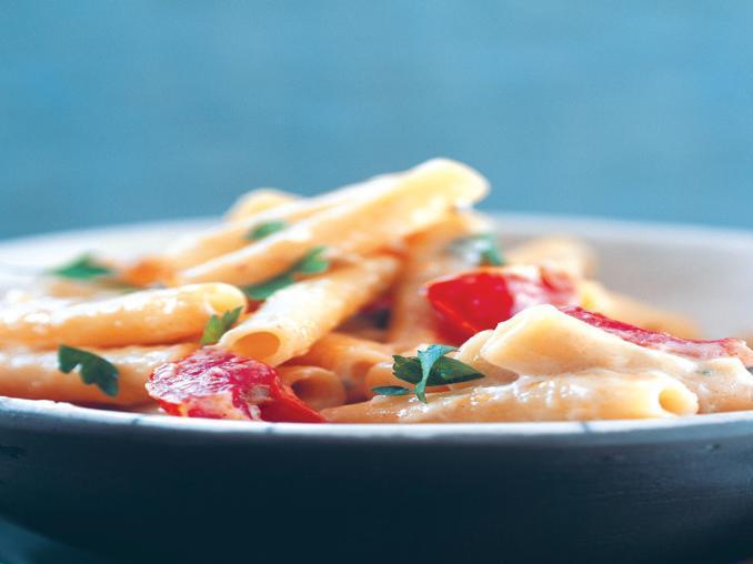 Ziti con pomodori, carote e taccole