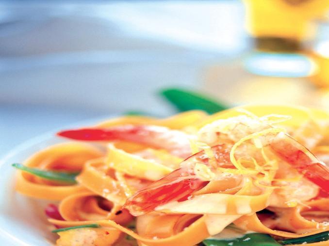 Tagliatelle con gamberi, taccole e salsa di limone