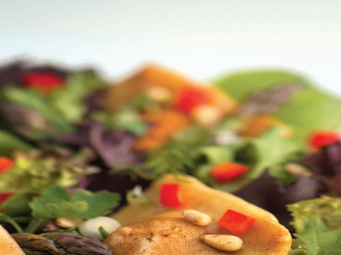 Tortelli con insalata mista e pinoli