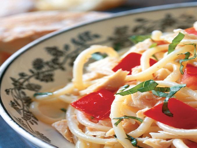 Spaghetti al tonno, pomodori e basilico