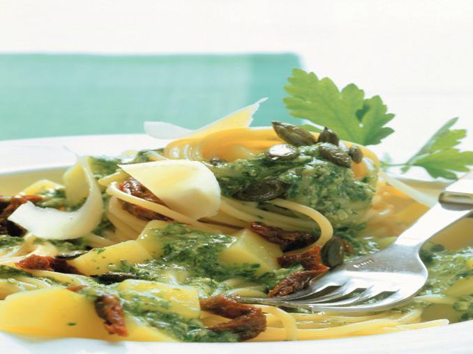Spaghetti con patate e pomodori secchi