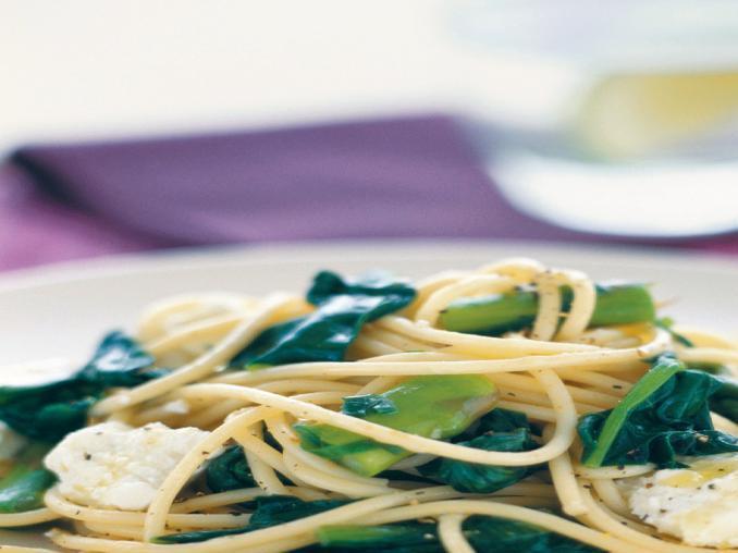 Spaghetti con spinaci e formaggio di capra