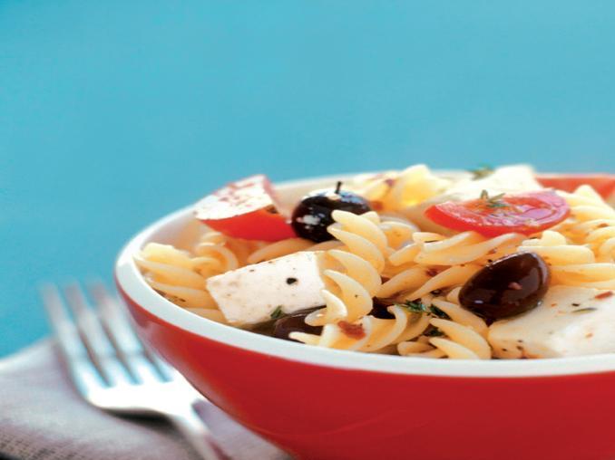 Insalata di pasta con feta, olive e pomodori